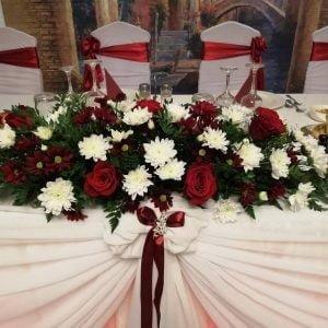 Aranjament prezidiu cu trandafiri roșii și crizantema albă