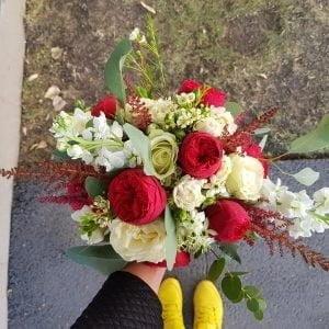 Buchet de mireasă cu trandafiri roșii și albi