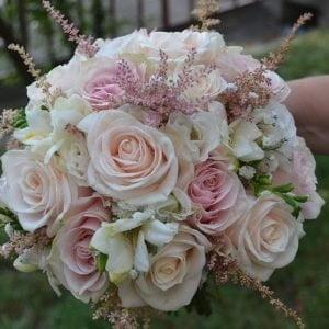 Buchet cu trandafiri roz prăfuit