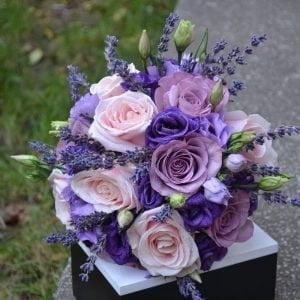Buchet de mireasă cu trandafiri lila și roz pudră