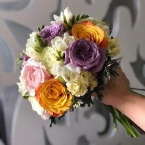 Buchet de mireasă cu trandafiri și mathiola