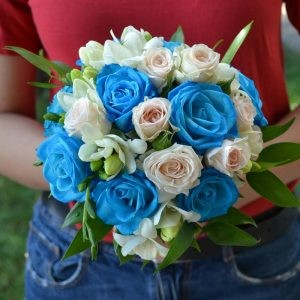 Buchet finuț cu miniroze și trandafiri turcoaz