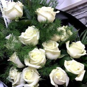 Buchet funerar cu trandafiri