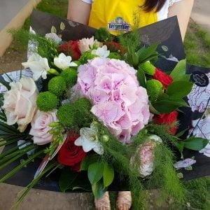 Buchet mixt hortensia și trandafiri