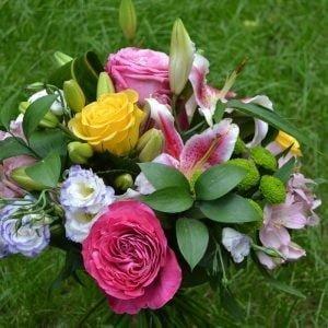 Buchet mixt trandafiri și crini