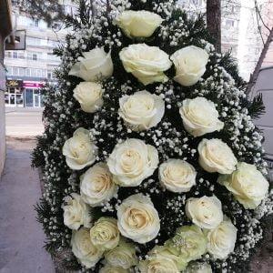 Coroană funerară cu trandafiri albi
