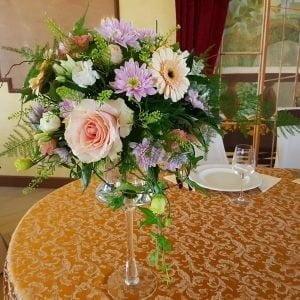 Aranjament de masă cu flori mixte